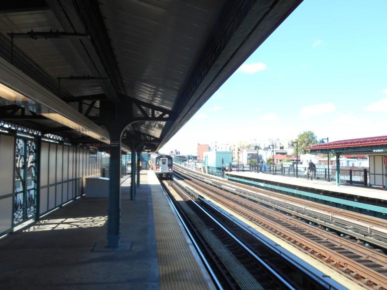 Morrison_Avenue_-_6_Train_Arrives