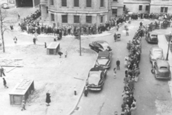 New Yorkers lined up for the smallpox vaccine in '47.